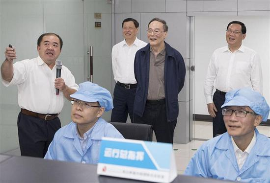 Chinese Vice President Wang Qishan (C, rear) visits the Shanghai Institute of Optics and Fine Mechanics of Chinese Academy of Sciences in east China's Shanghai, Sept. 20, 2018. Wang made an inspection tour to Shanghai and Jiangsu Province from Tuesday to Friday. (Xinhua/Wang Ye)