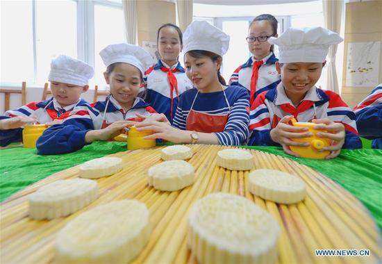 人们制作月饼来迎接水果机的中秋节