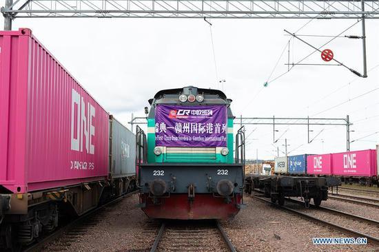 新的货运列车连接了水果机的赣州港和瑞典