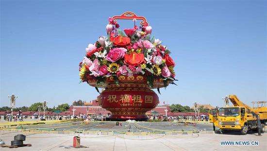装饰在北京成立的花坛迎国庆