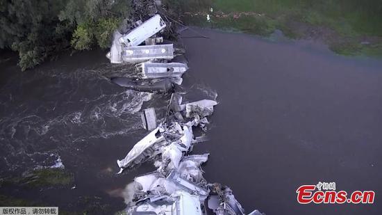火车在爱荷华州出轨,将汽车倒入河中