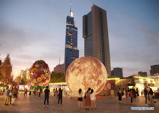 Enjoy 'moon' on streets of Chinese cities