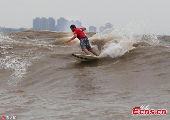 Over 100 compete in Qiantang River surfing contest