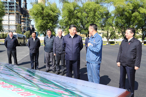 President Xi talks with representatives of China National Petroleum Corporation's (CNPC) Liaoyang Petrochemical Company, in Liaoyang, Liaoning Province, September 27, 2018. /Xinhua Photo