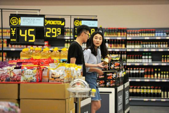Shoppers at an imported goods store at the bonded port area of Qingdao, Shandong Province.  (Photo by Yu Fangping/For China Daily)