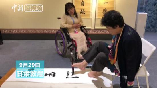 Armless woman creates amazing calligraphy