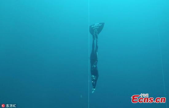 Incredible moment diver breaks world record and swims 107 meters in the Bahamas