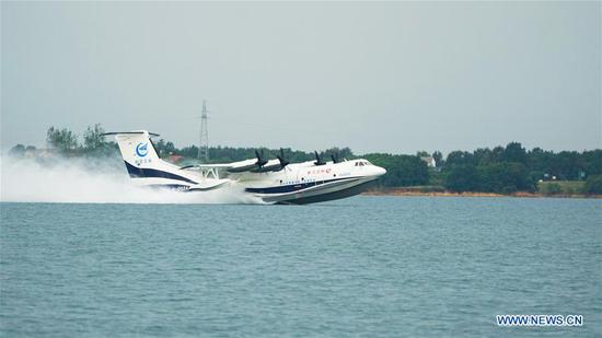 China-made large amphibious aircraft completes high-speed taxiing test