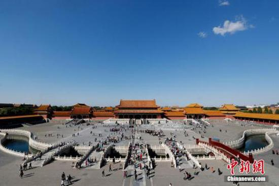 Tourists visit the Palace Museum in Beijing, Oct. 1, 2018. (Photo/China News Service)