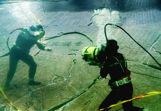 Divers conduct protection work at Baiheliang stone ridge in Chongqing's Baiheliang Underwater Museum.(Photo provided to China Daily)