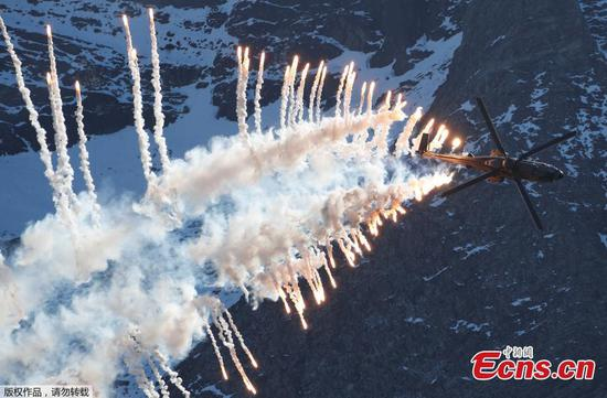 Swiss Air Force pilots show stunt skills