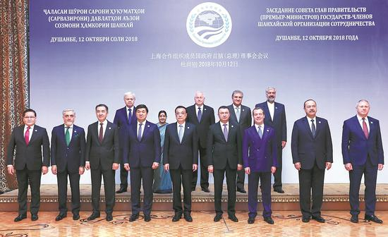 Premier Li Keqiang poses with other leaders on Friday at the 17th meeting of the Council of Heads of Government (Prime Ministers) of the Shanghai Cooperation Organization  in Dushanbe, the capital of Tajikistan. Li urged the member countries to enhance multilateral trade cooperation. (Photo/Xinhua)