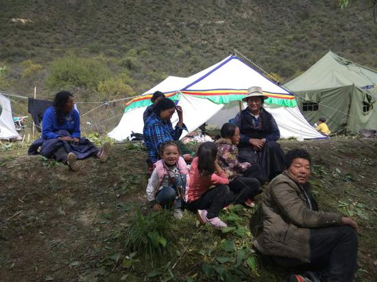 Affected people rest at a resettlement site in Qamdo on Oct 12. (Photo/Xinhua)