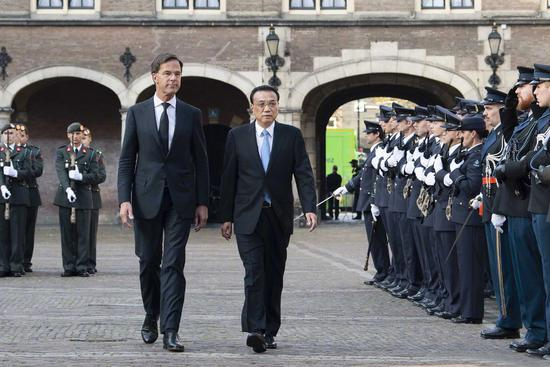 Premier Li Keqiang is accompanied by Dutch Prime Minister Mark Rutte at a welcoming ceremony at the Binnenhof, the Dutch government center, in The Hague, Netherlands, during his three-day official visit, which began on Sunday. (Photo/Xinhua)