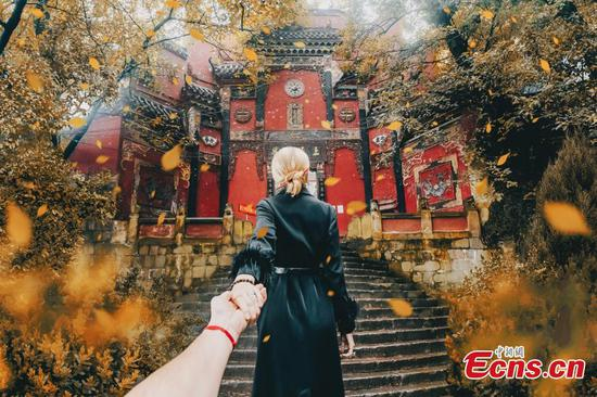 Travel couple shows Chongqing charms in ��Follow Me To�� creations