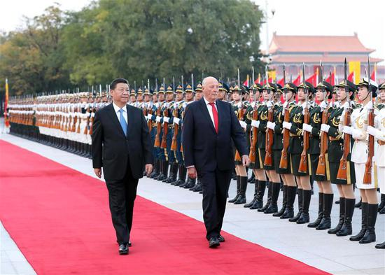 Chinese President Xi Jinping (L) holds a welcome ceremony for King of Norway Harald V before their talks in Beijing, capital of China, Oct. 16, 2018. (Xinhua/Liu Weibing)