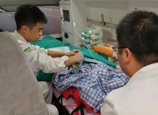 Medical workers attend to Yuze, a boy seriously injured in a car accident, in an ambulance traveling from the Inner Mongolia autonomous region to Beijing on Tuesday. (PHOTO  PROVIDED TO CHINA DAILY)