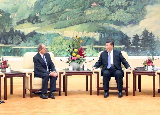 Chinese President Xi Jinping (R) meets with Stephen Perry, chairman of Britain's 48 Group Club, at the Great Hall of the People in Beijing, capital of China, Oct. 16, 2018. (Xinhua/Liu Weibing)