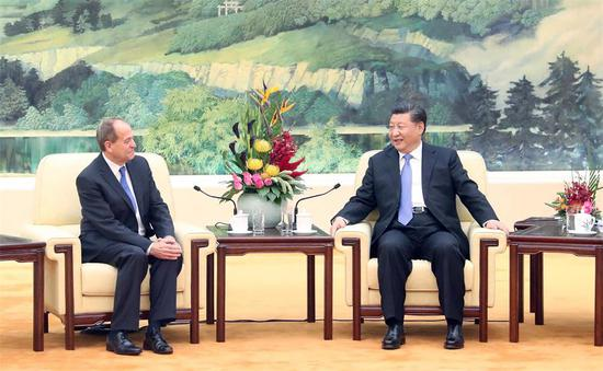 President Xi Jinping met with Stephen Perry, chairman of The 48 Group Club, a British organization composed of company leaders promoting Britain-China trade, at the Great Hall of the People in Beijing. (Photo/Xinhua)
