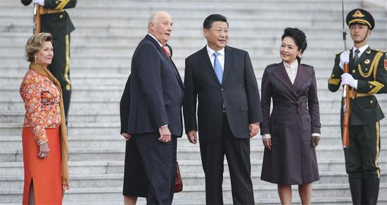 President Xi Jinping and his wife, Peng Liyuan, greet Norway's King Harald V and Queen Sonja at the Great Hall of the People in Beijing on Tuesday. (WU ZHIYI/CHINA DAILY)