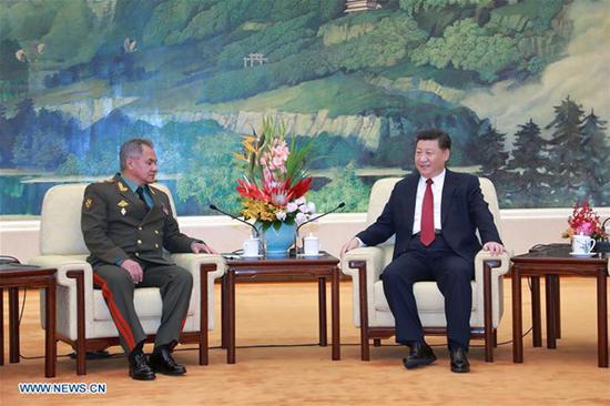 中国国家主席习近平(R)在2018年10月19日在中国首都北京人民大会堂会见来访的俄罗斯国防部长谢尔盖·肖古。(新华网/李刚)