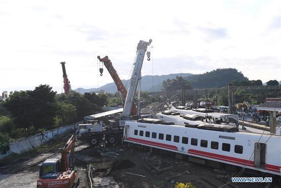 Photo taken on Oct. 22, 2018 shows the cars of the derailed train in Yilan County, southeast China's Taiwan.  (Xinhua/Jin Liangkuai)