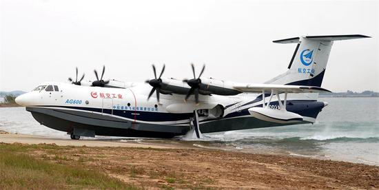 The AG600, the world's largest amphibious aircraft, taxies ashore after its first waterbased takeoff and landing at Jingmen Zhanghe Airport, one of China's leading  amphibious airports, in Hubei province, on Saturday. (CHENG MIN / XINHUA)