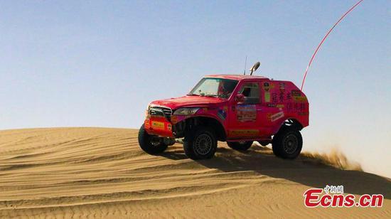 参加西北沙漠的吉普车比赛100人