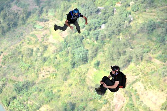 Base jumping athletes compete in Guizhou