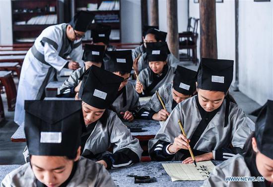 学生在学校学习水果机传统文化