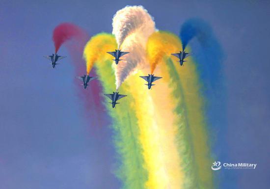 8月1日,特技飞行队表演特技表演