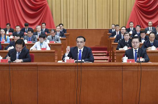 Chinese Premier Li Keqiang (C), also a member of the Standing Committee of the Political Bureau of the Communist Party of China Central Committee, delivers a report on economic situation during the 17th national congress of the All-China Federation of Trade Unions in Beijing, capital of China, Oct. 24, 2018. (Xinhua/Zhang Ling)