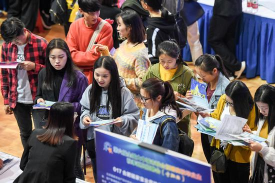 Job seekers speak with recruiters at Hefei University in Hefei, Anhui province, at a job fair for college graduates. (Photo/Xinhua)