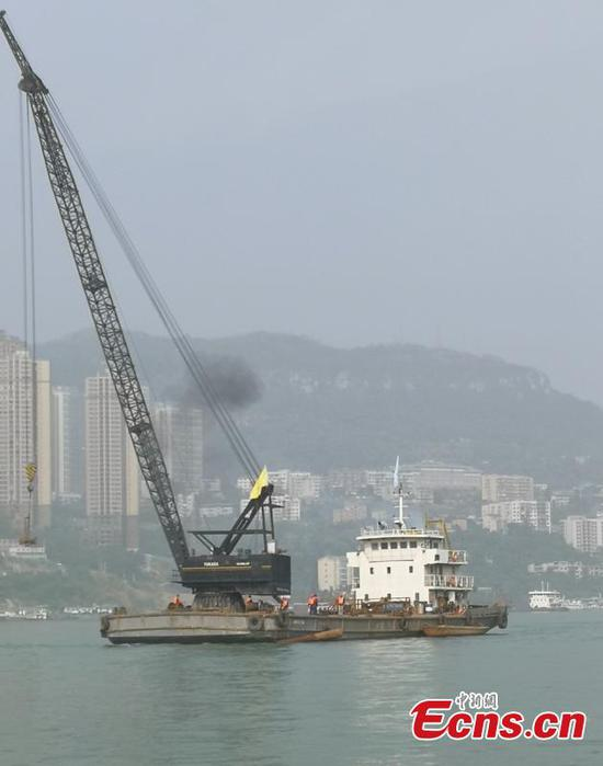 Large floating crane joins rescue after bus plunge