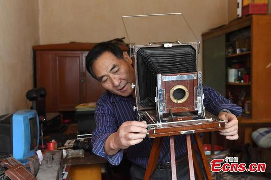 Photographer works with film camera for 40 years in Lanzhou