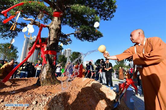 Guests for the fifth World Buddhist Forum attend a tree planting activity in Putian, southeast China's Fujian Province, Oct. 28, 2018. A record number of over 1,000 Buddhists, scholars and representatives from 55 countries and regions attended the fifth World Buddhist Forum, which will last until Oct. 30.(Xinhua/Wei Peiquan)