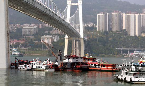 Bus plunges into Yangtze after crash
