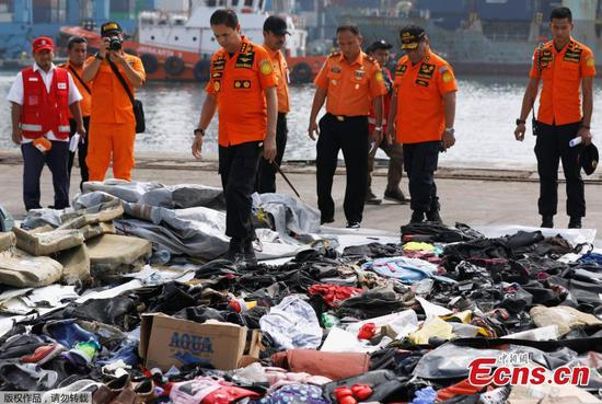 Indonesia hunts for victims, wreckage of air crash