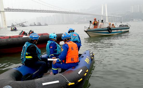 Retrieval of bus begins after plunge into Yangtze River