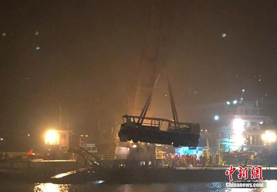 The wreck of a bus that plunged into the Yangtze River in Chongqing Municipality is salvaged out of water, Nov. 1, 2018. (Photo/China News Service)