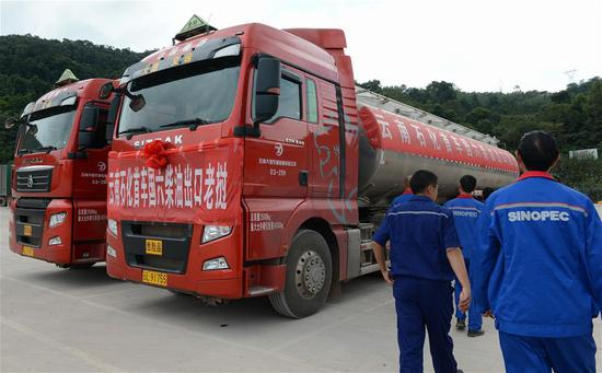 Photo taken on Oct. 31, 2018 shows the hand over of 64 ton diesel from PetroChina to a Lao company at Laos-China border, in Boten, Laos, Oct. 31, 2018. With over 64 ton diesel, handed over from PetroChina to a Lao company at Laos-China border, the first export of Chinese refined oil to Lao market was made on Wednesday. (Xinhua/Liu Ailun)