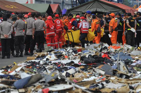 Indonesian Search and Rescue (SAR) members carry a body bag that contains victim of the crashed Lion Air JT 610 to ambulance, at the Tanjung Priok port, Jakarta, Indonesia, Oct. 31, 2018. Search teams on Wednesday detected signals possibly from a black box of the crashed Indonesian Lion Air plane, a rescue official said. (Xinhua/Veri Sanovri)