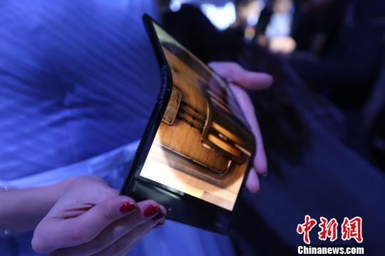 Chinese company releases bendable phone