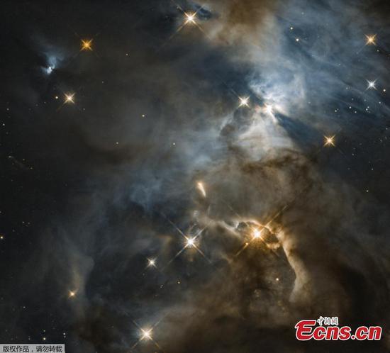 """哈勃望远镜揭示了一个巨大的宇宙""""蝙蝠影子"""""""