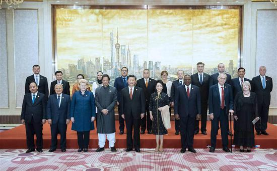 President Xi hosts banquet for guests attending CIIE