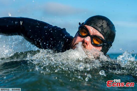 Man sets record for round Great Britain swim