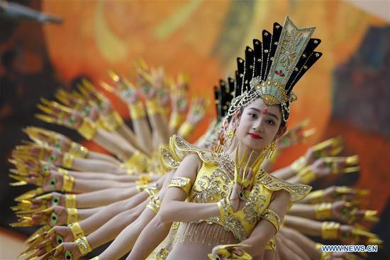 艺术家在纽约联合国总部进行千手菩萨舞蹈