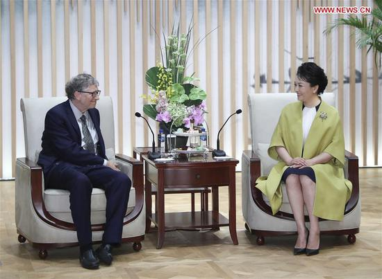 Peng Liyuan meets Bill Gates in Shanghai