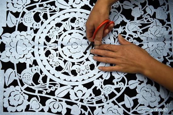 中国贵州村当地著名的苗族刺绣大师