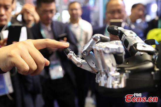 进口博览会上展示的机械手